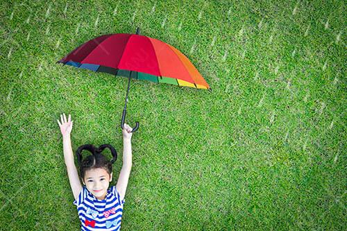 عکس با کیفیت کودک و چتر